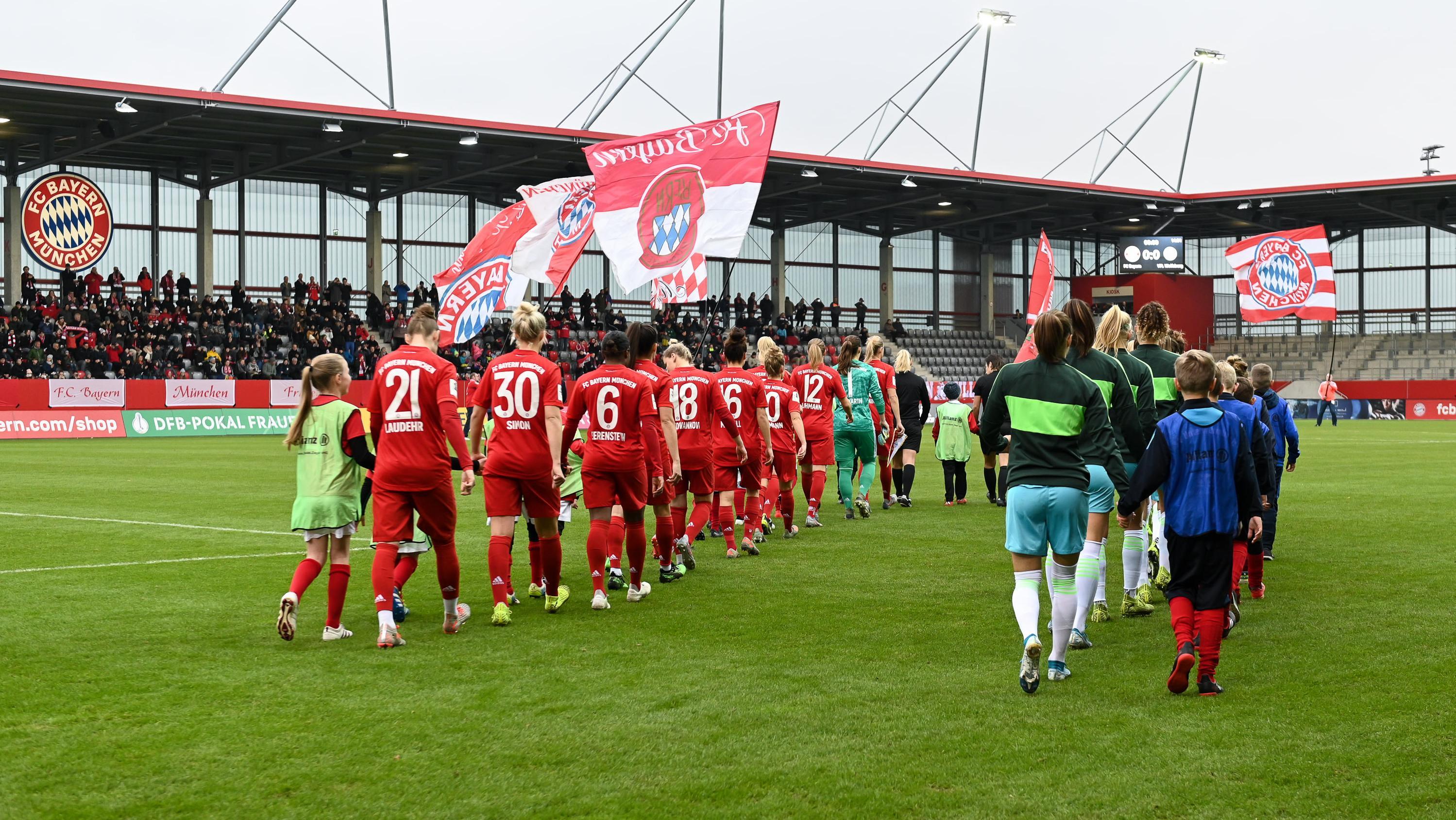 Einlauf der Mannschaften FC Bayern München - VfL Wolfsburg vor dem DFB-Pokalspiel