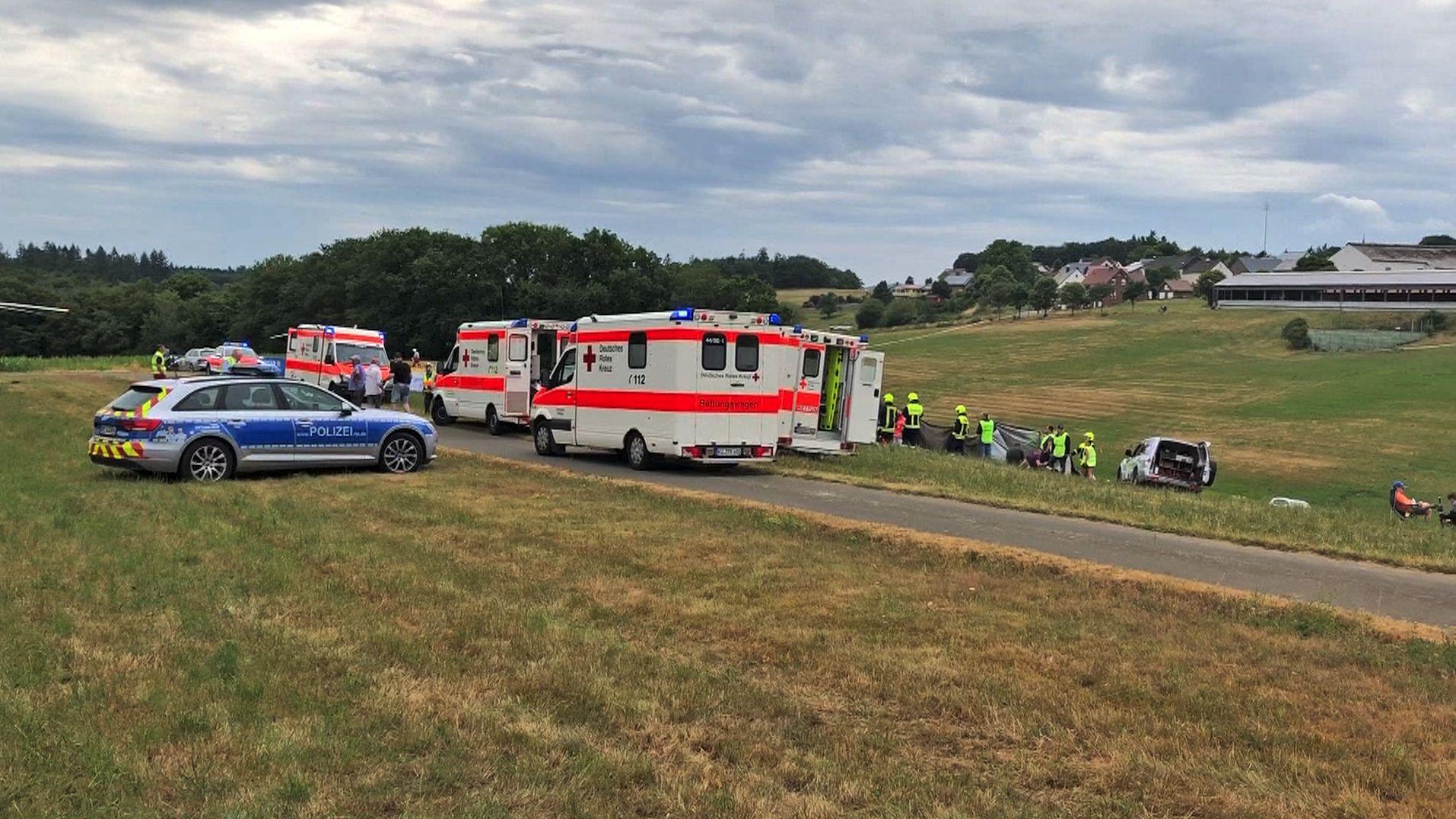 Bild von der Unfallstelle mit Polizei und Rettungswagen.