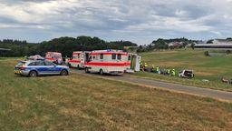 Bild von der Unfallstelle mit Polizei und Rettungswagen.    Bild:SWR