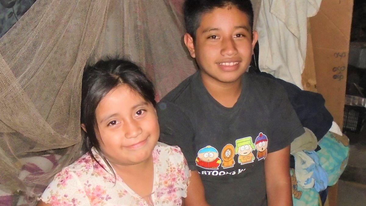 Die achtjährige Rayna Gonzalez und ihr Bruder Edvin (14) in ihrem Zuhause in einem Armenviertel in Guatemala
