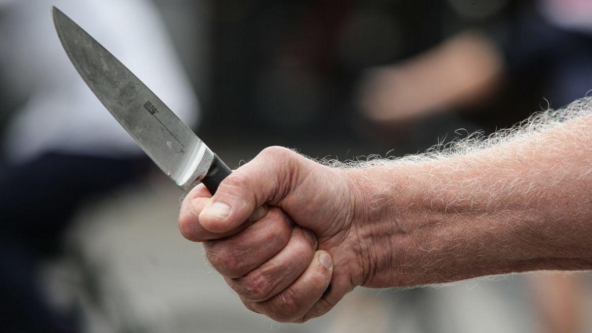 Männerhand mit Messer Symbolbild