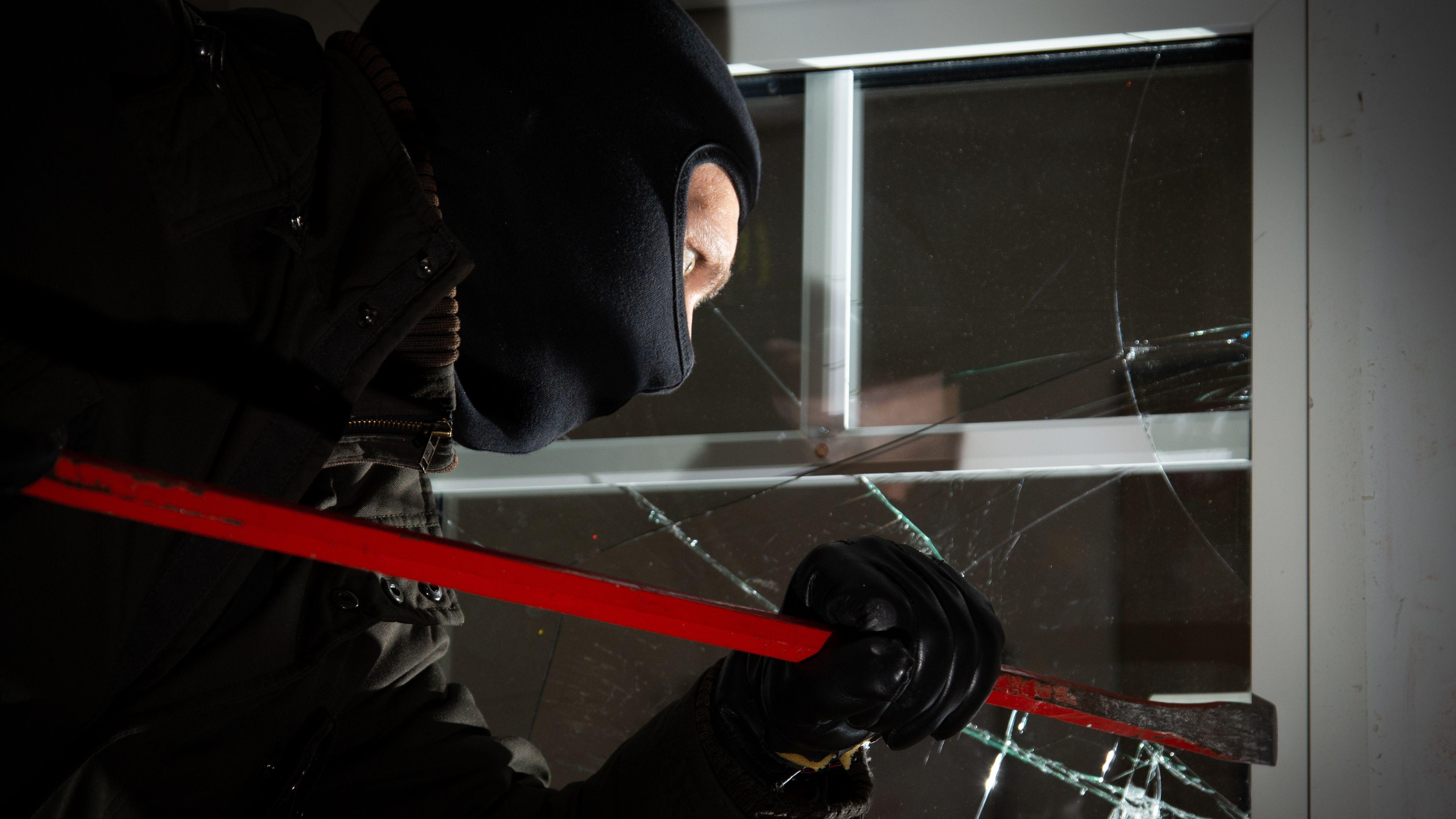 Vermummter Einbrecher (Symbbolbild)