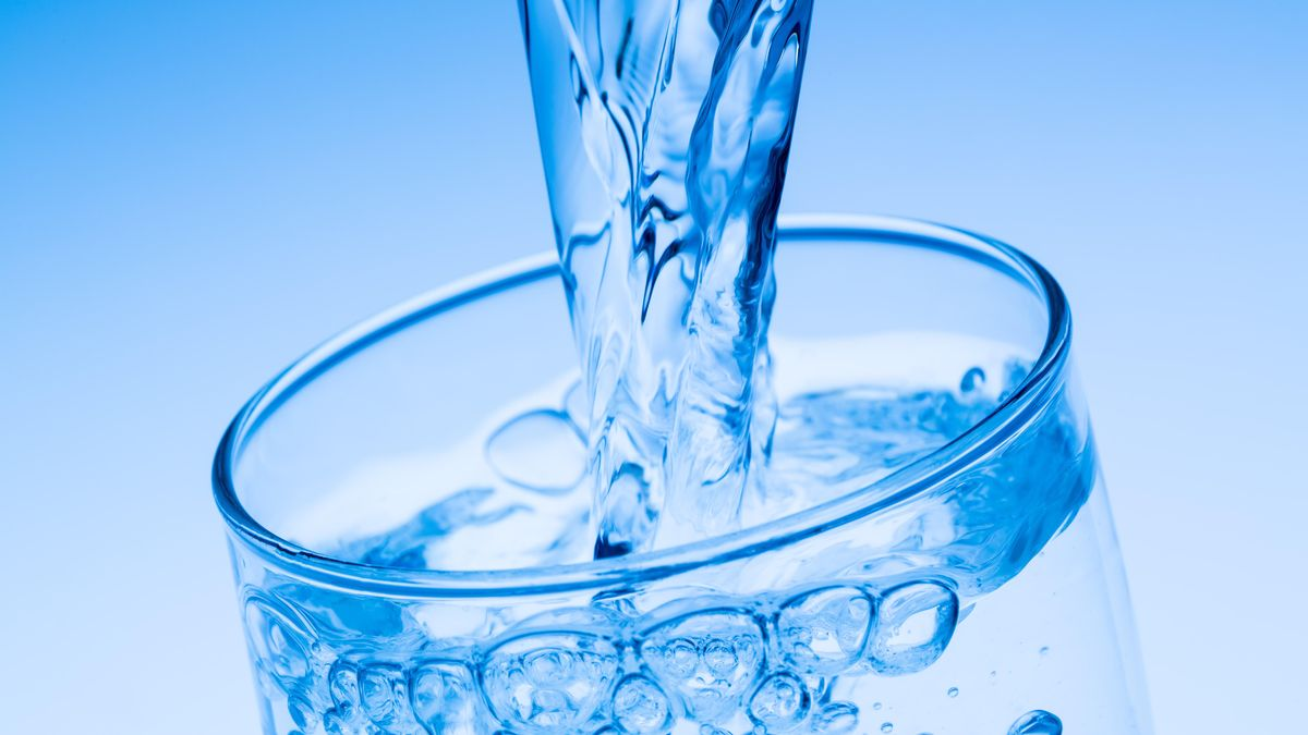 Ein Glas wird mit Wasser befüllt