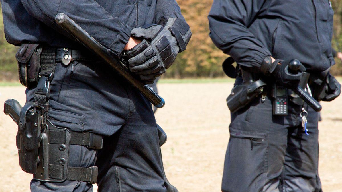Polizisten in Einsatzkleidung. (Symbolbild)