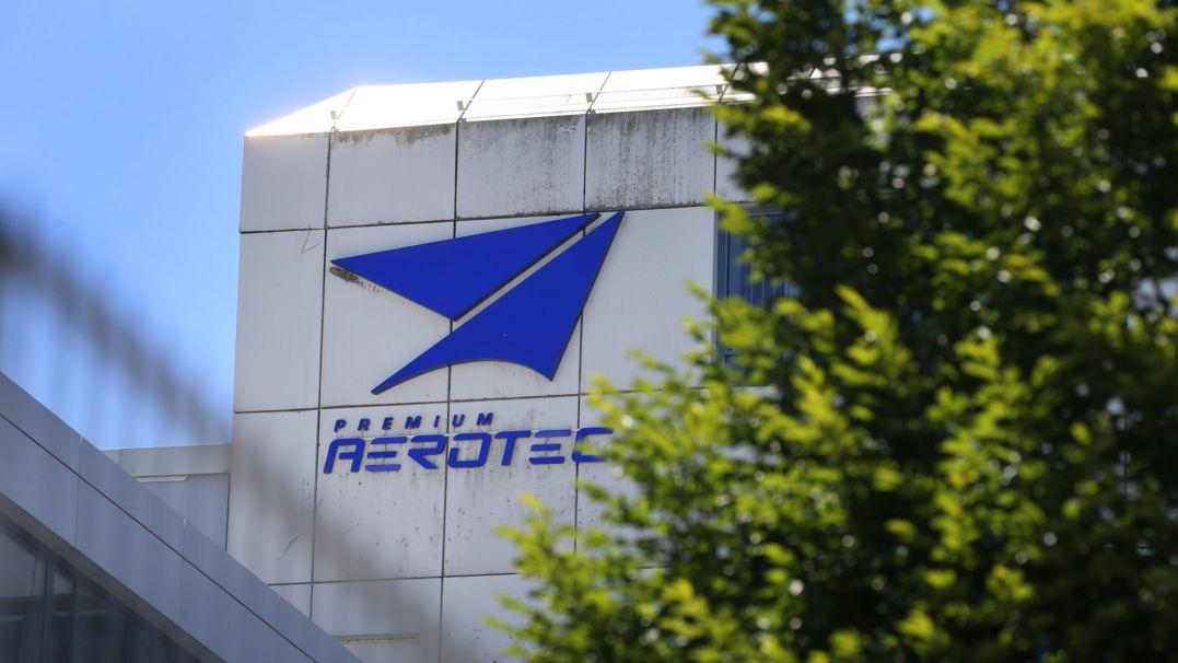 Foto der Fassade von Premium Aerotec mit dem Logo der Firma