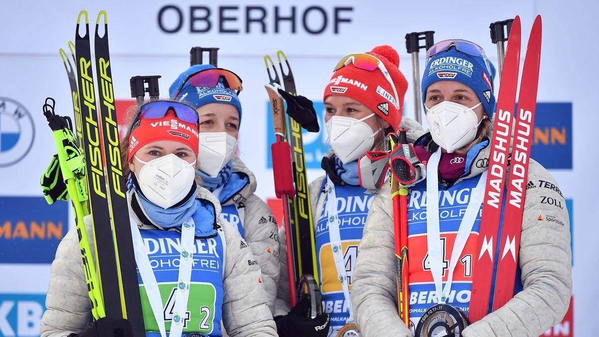 Janina Hettich (l-r), Franziska Preuss, Denise Herrmann und Janina Herrmann jubeln über ihren Sieg in Oberhof.