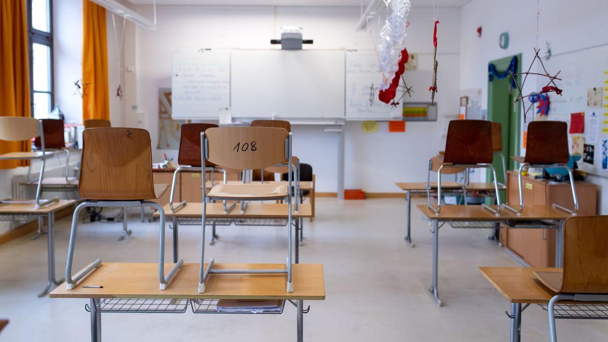 Leeres Klassenzimmer an einer Münchner Schule