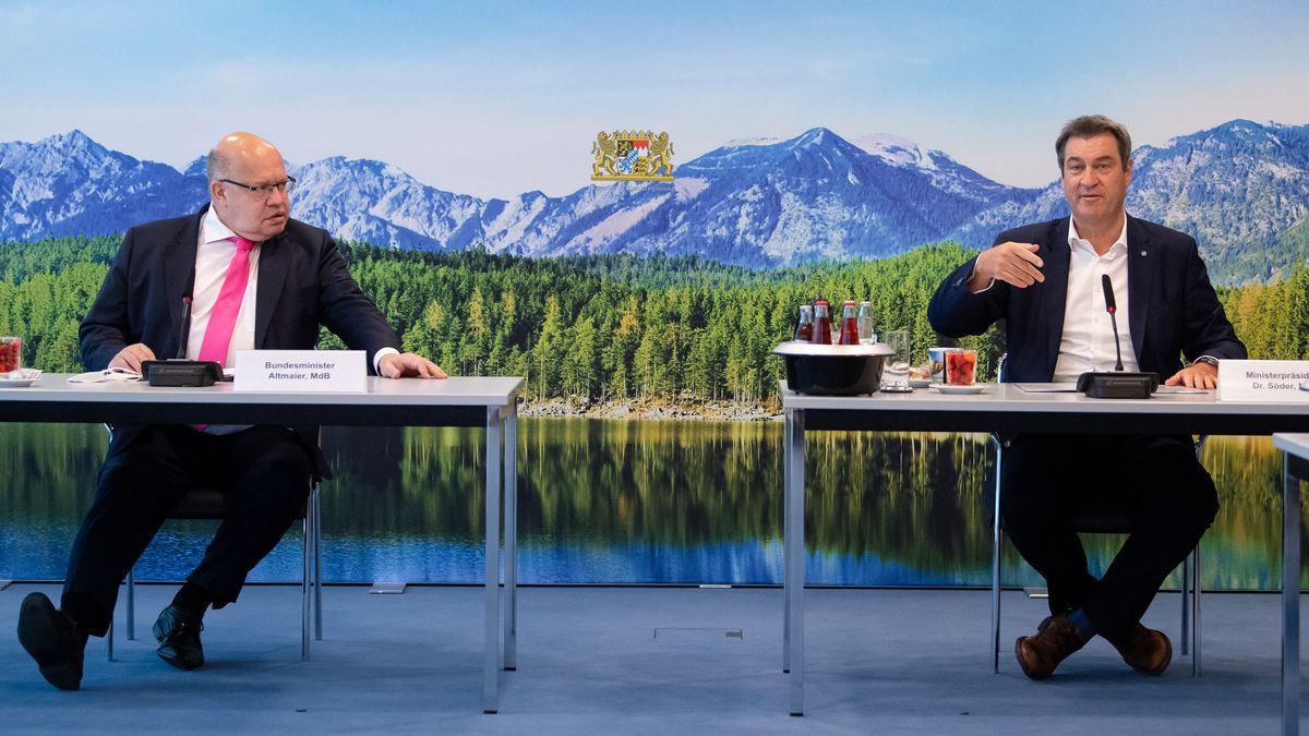 Markus Söder (r, CSU), Ministerpräsident von Bayern, und Peter Altmaier (CDU), Bundeswirtschaftsminister, sitzen am 14.06.2021 vor Beginn einer Video-Schalte mit Vertretern von Unternehmen und Wissenschaft zusammen in der Staatskanzlei. Thema der Schalte ist die bayerische Wasserstoffstrategie.