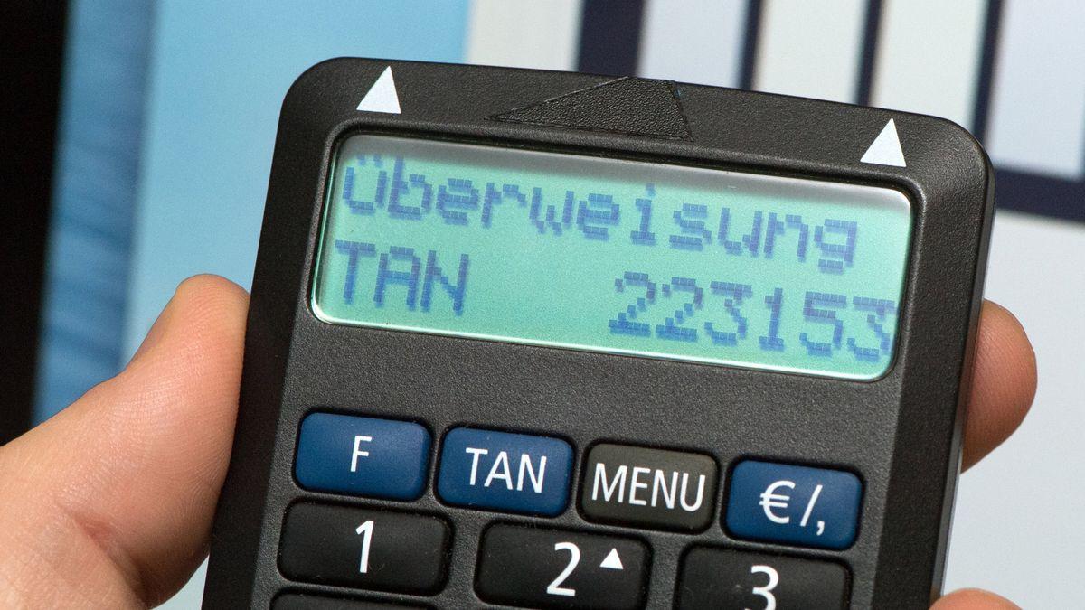 Nahaufnahme eines TAN-Generators (ein kleines flaches, etwa handgroßes Gerät) mit einer sechsstelligen TAN im Display (Symbolbild).