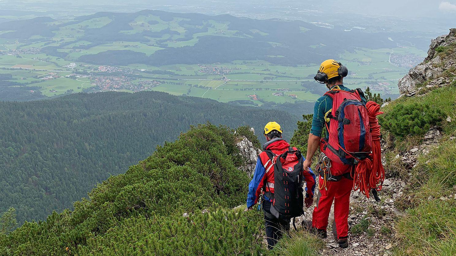 Die Bergretter erreichen seitlich über den ersten Notausstieg die Rinne zum Pidinger Klettersteig