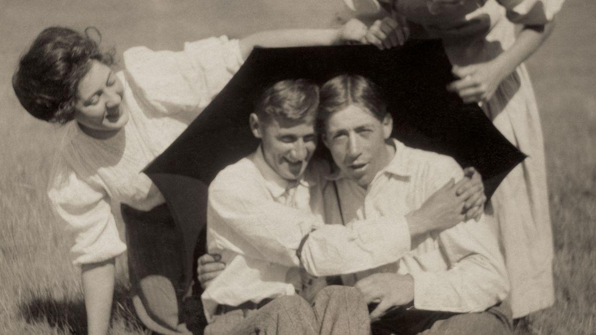 Männerpaar mit zwei Frauen