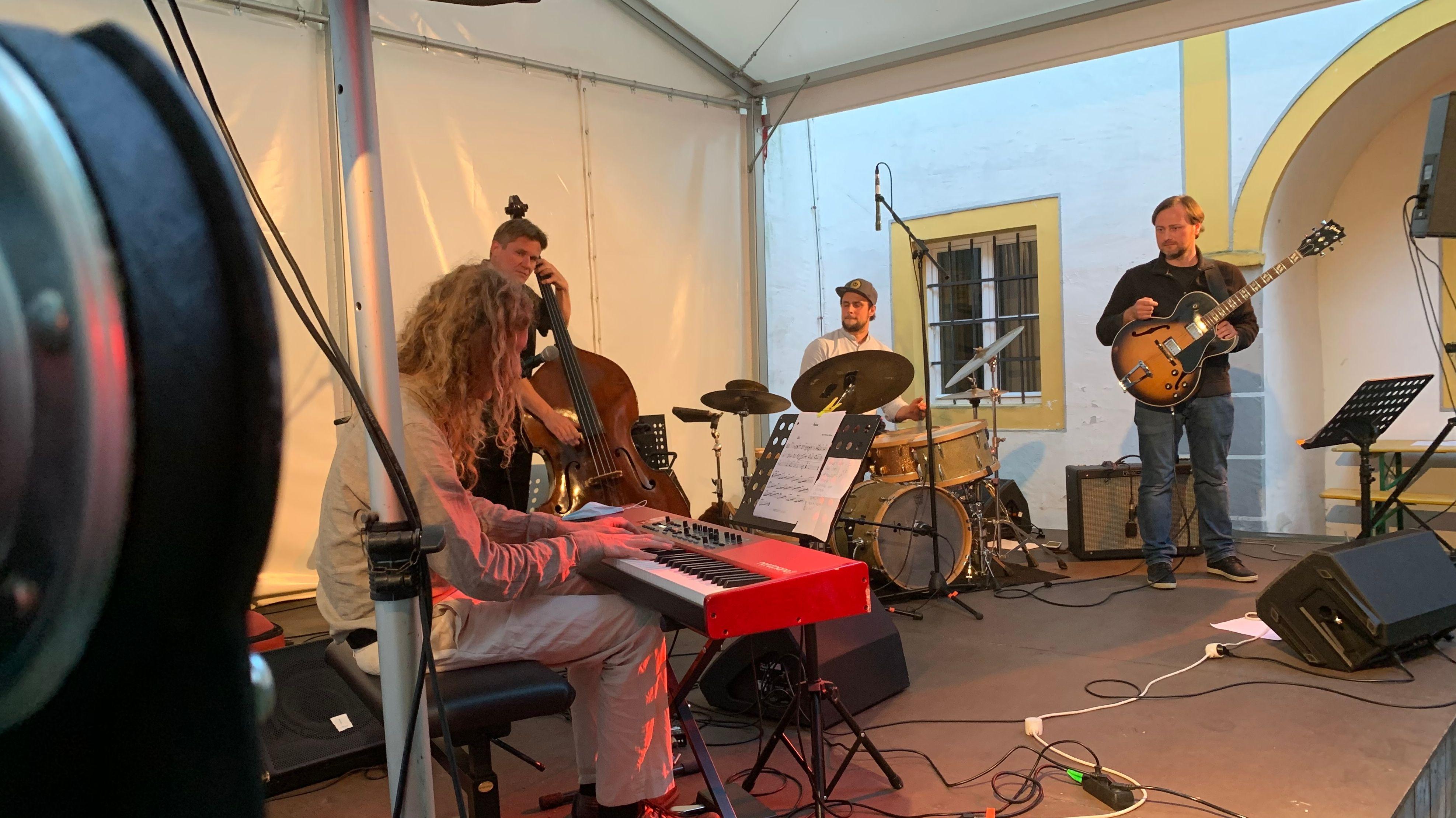 Musiker stehen bei Jazzfestival in Passau auf der Bühne