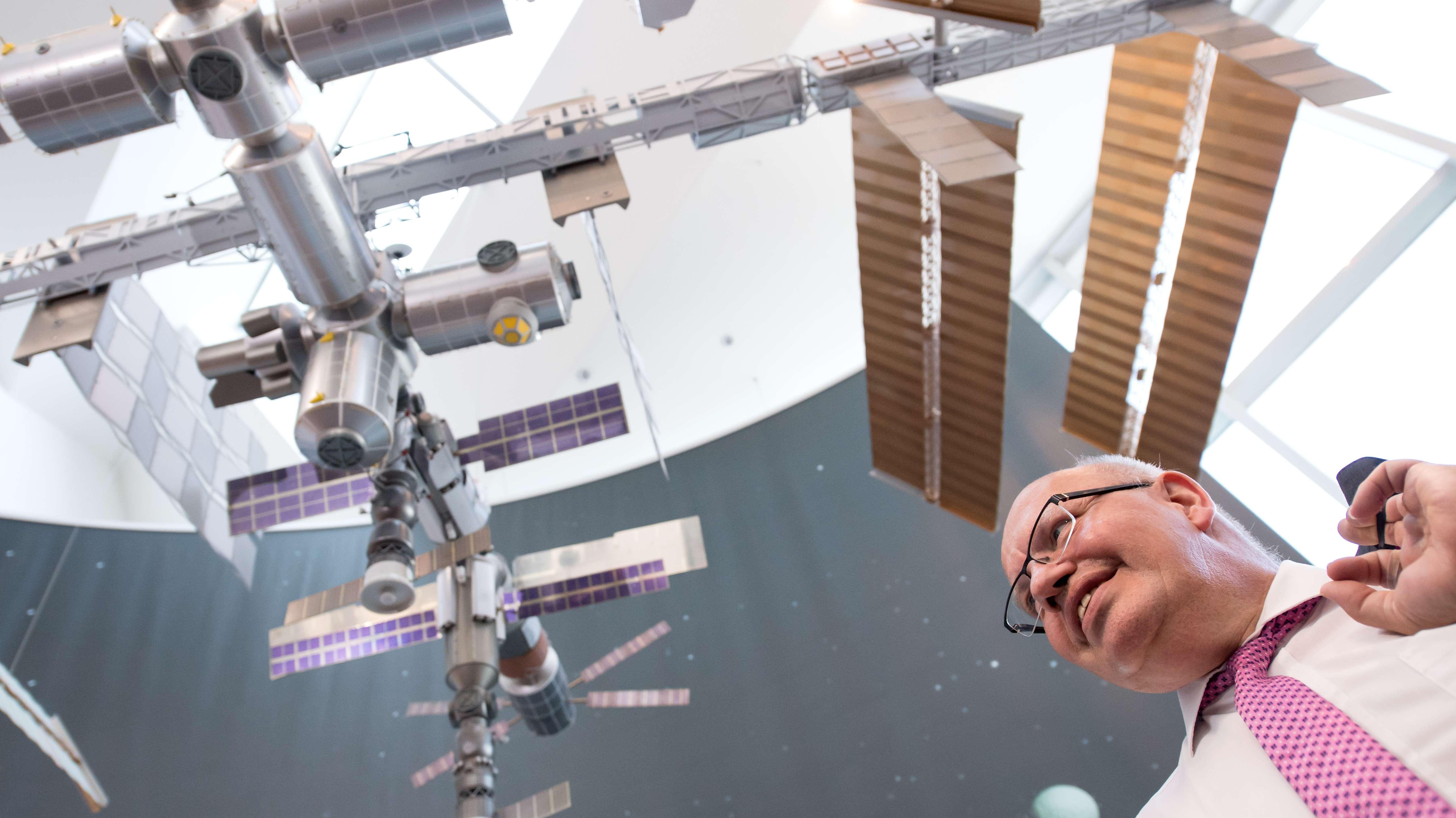 Bundeswirtschaftsminister, besucht das Deutsche Zentrum für Luft- und Raumfahrt (DLR)