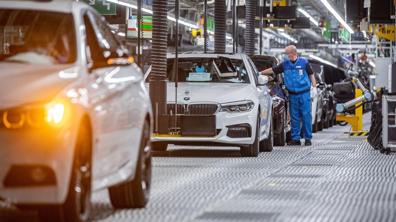 BMW-Mitarbeiter steht am Band