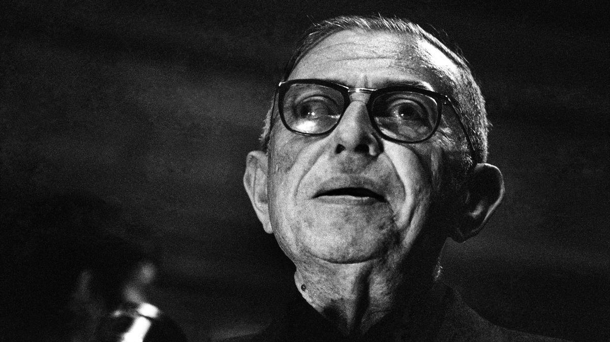 Schwarz-weiß Porträt des Philosophen Jean-Paul Sartre, betagt und mit Brille