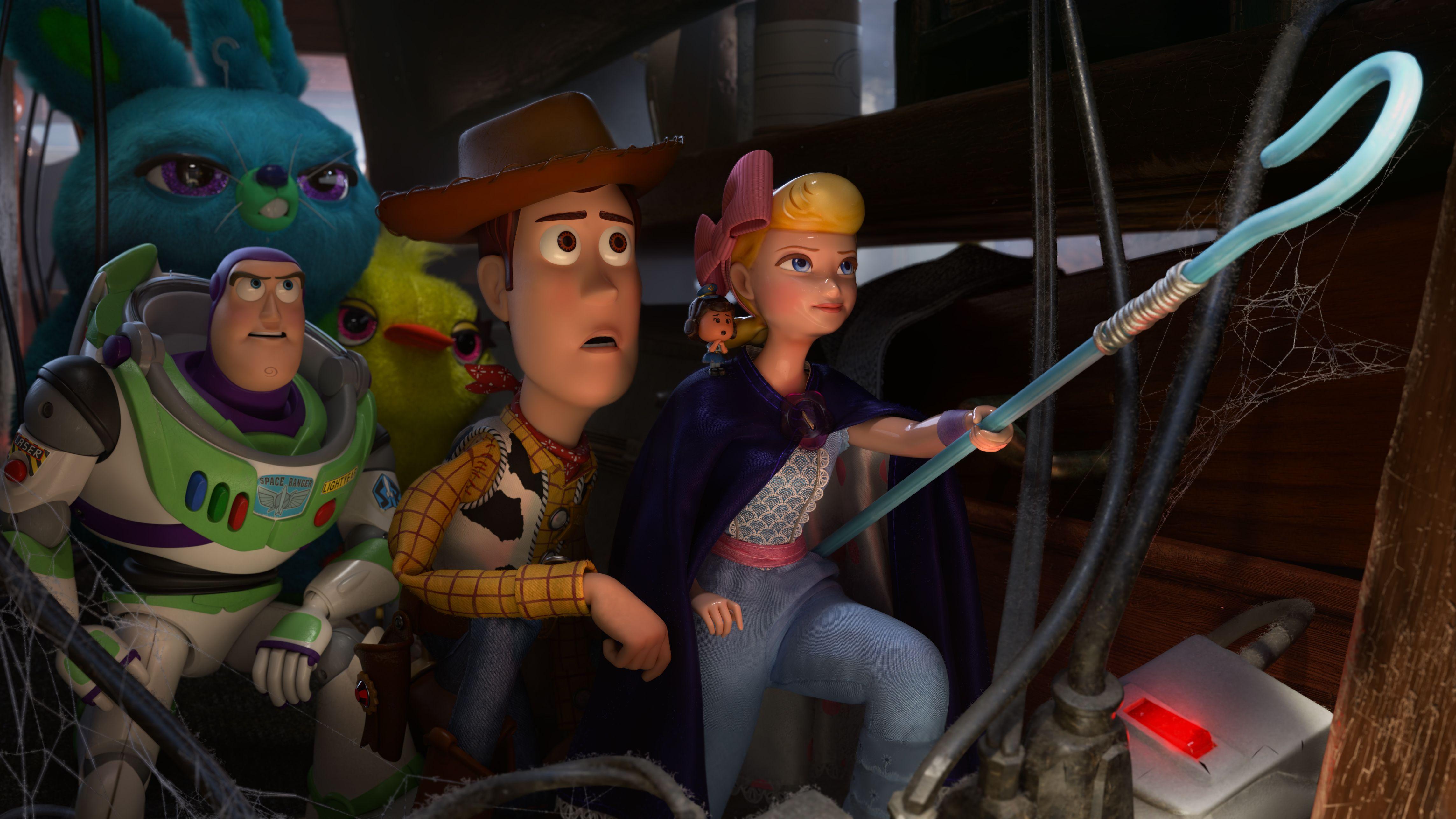 """Szene aus """"Toy Story"""": Spielzeugfiguren gehen vor dunklem Hintergrund in einer Gruppe auf einen Gegner zu, der nicht im Bild zu sehen ist"""