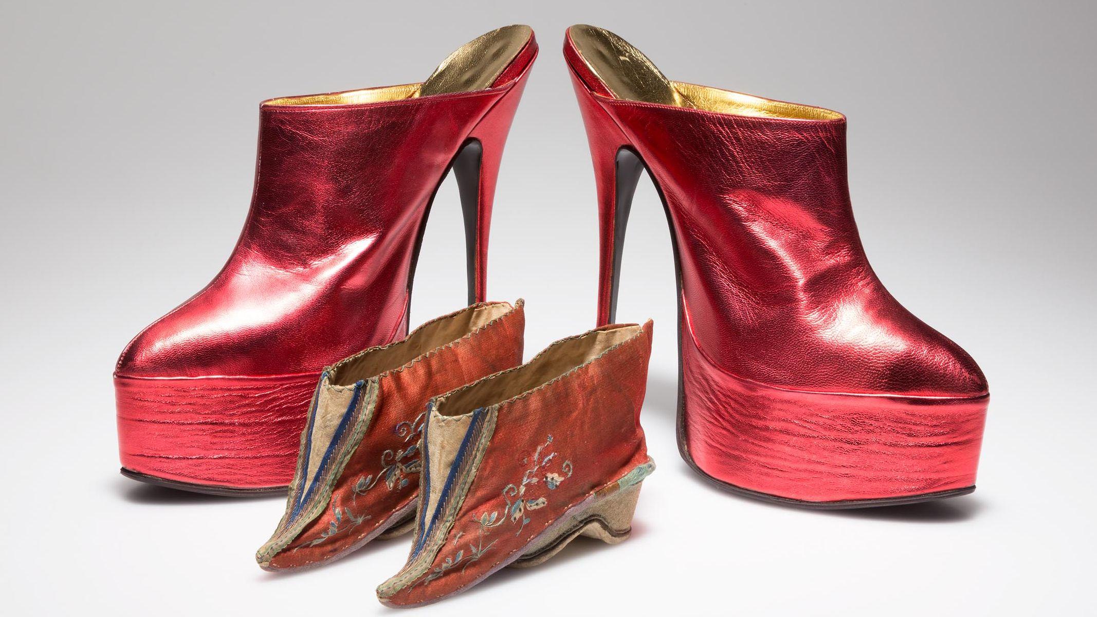 Schön, aber schmerzhaft: Kinderhandgroße Schuhe für Lotosfüße (um 1900) und schwindelerregnd hohe Plateau-Heels (1989)
