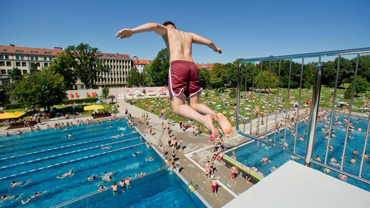 Ein Jugendlicher springt im Nürnberger Westbad vom 10-Meter-Turm.