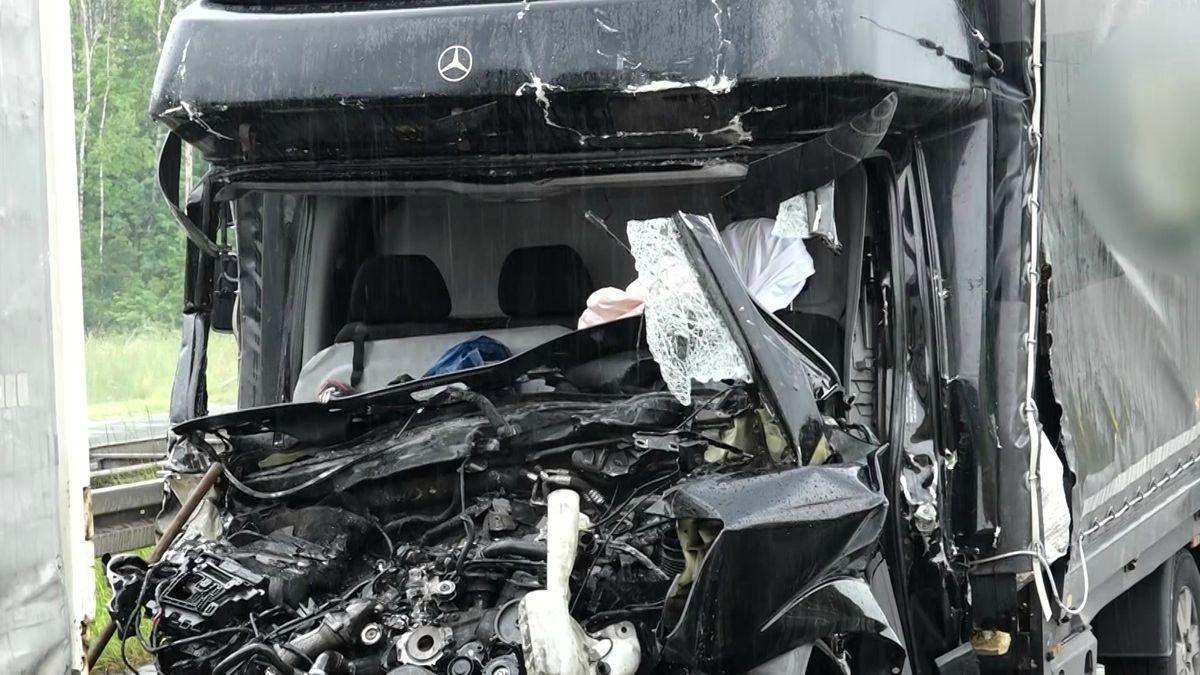 Die beim Unfall vollständig zertröste Fahrerkabine des Sprinters