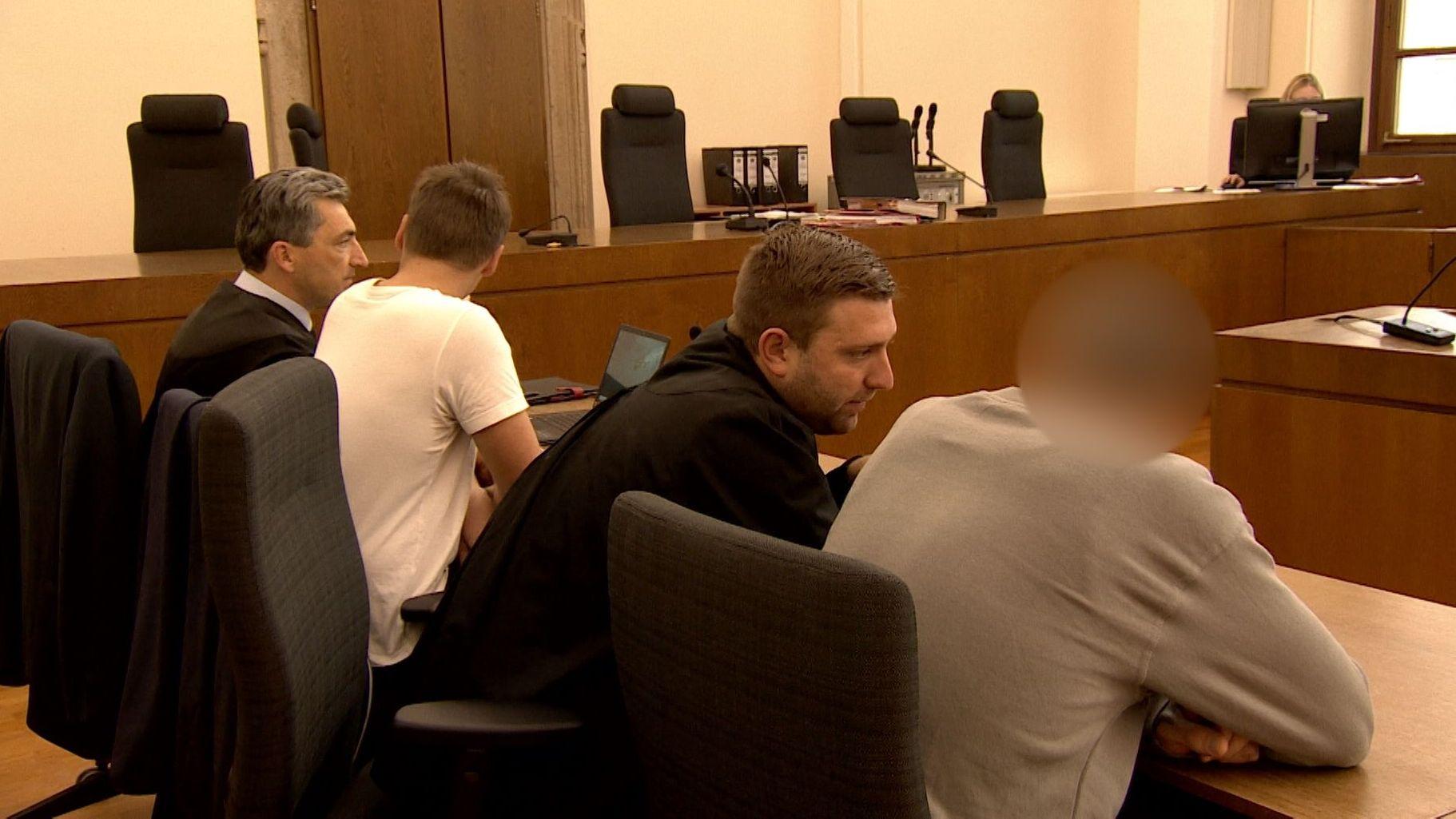Die Angeklagten und ihre Anwälte vor Gericht