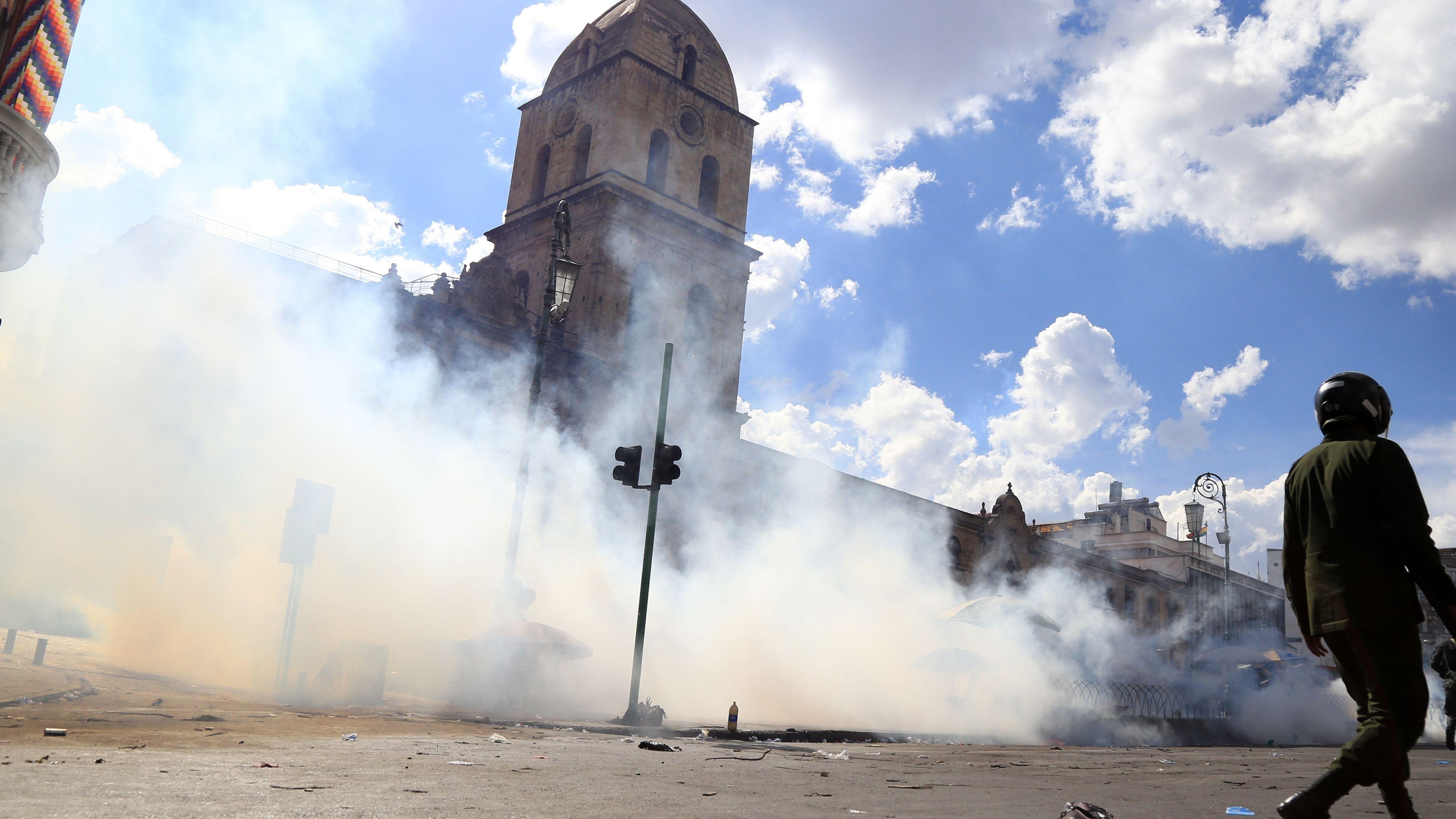 Proteste in Bolivien mit Rauch vor dem Gerichtsgebäude