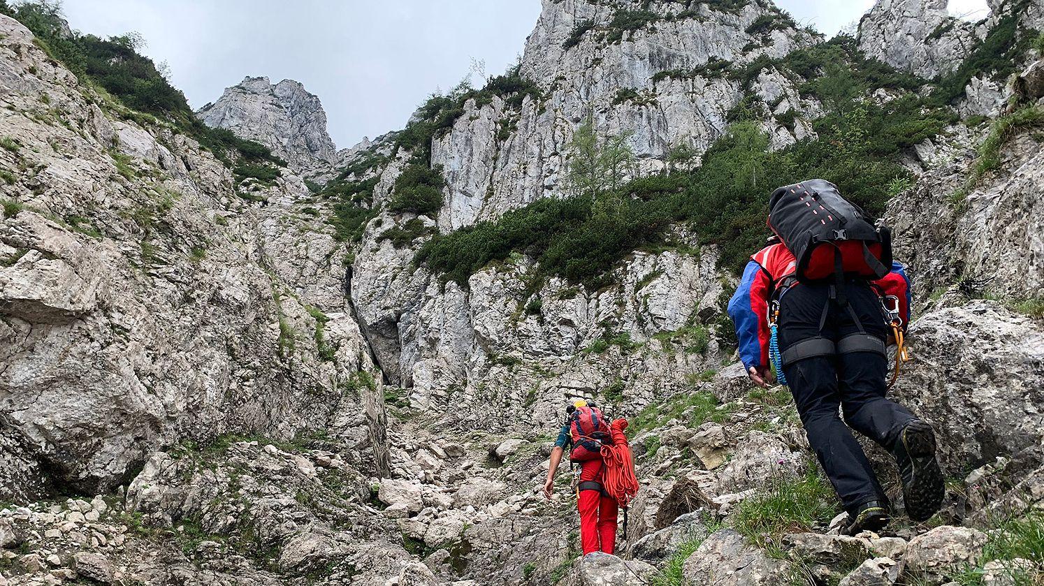 Bergretter in den Felsen auf dem Weg zum Pidinger Klettersteig