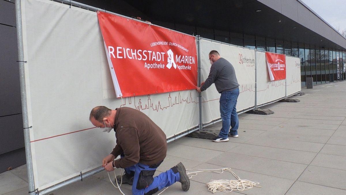 Mitarbeiter bereiten das Schnelltestzentrum in der Mehrzweckhalle in Rothenburg vor