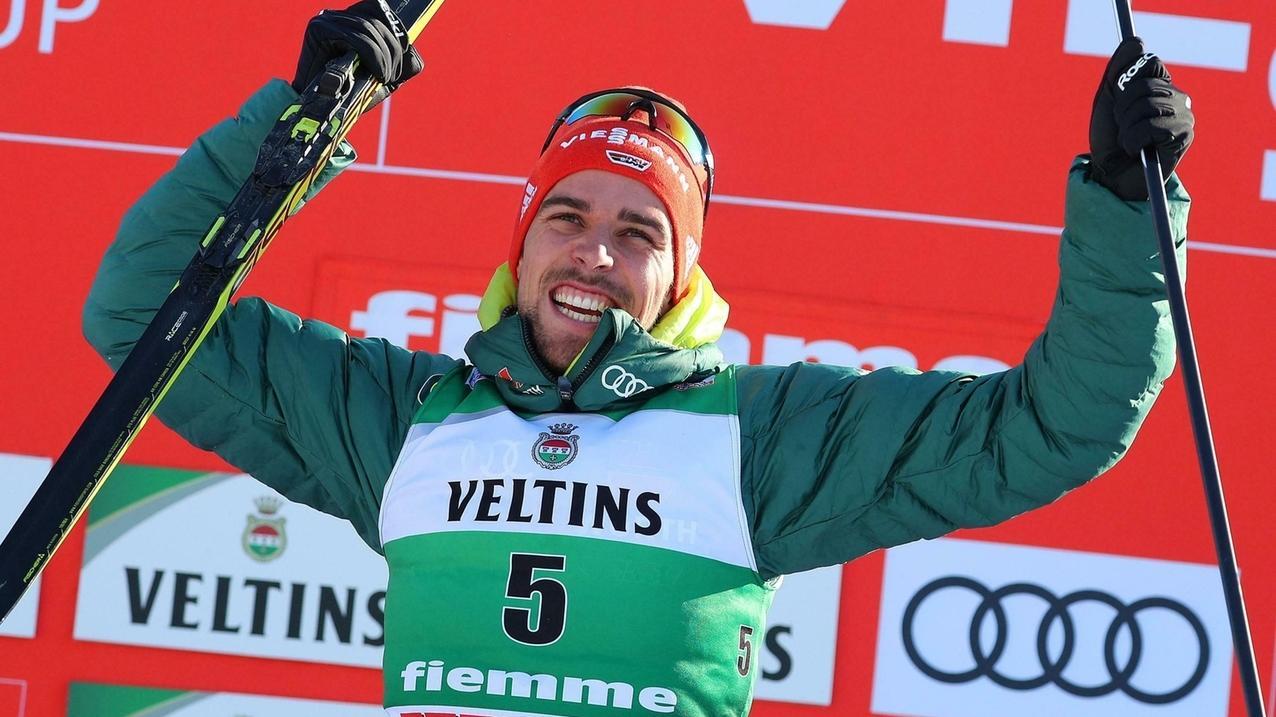 Kombinierer Johannes Rydzek jubelt über seinen Sieg beim Weltcup in Val di Fiemme.