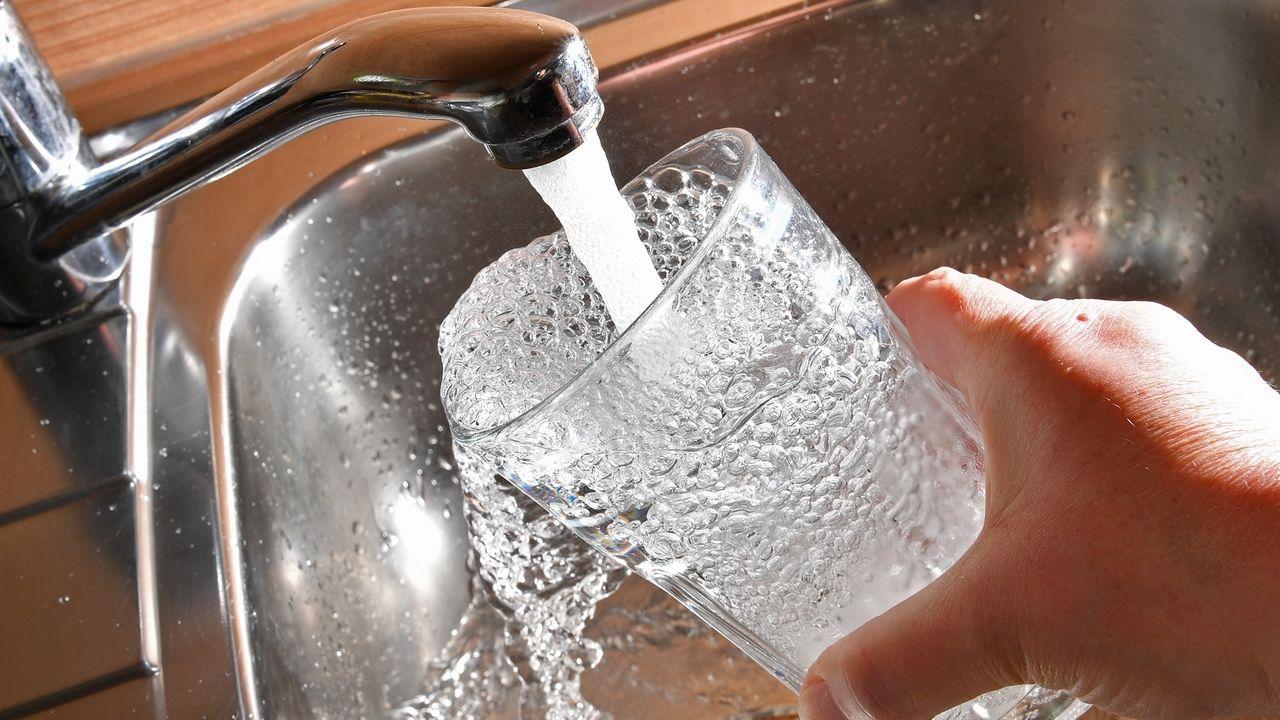 Leitungswasser fließt aus Wasserhahn