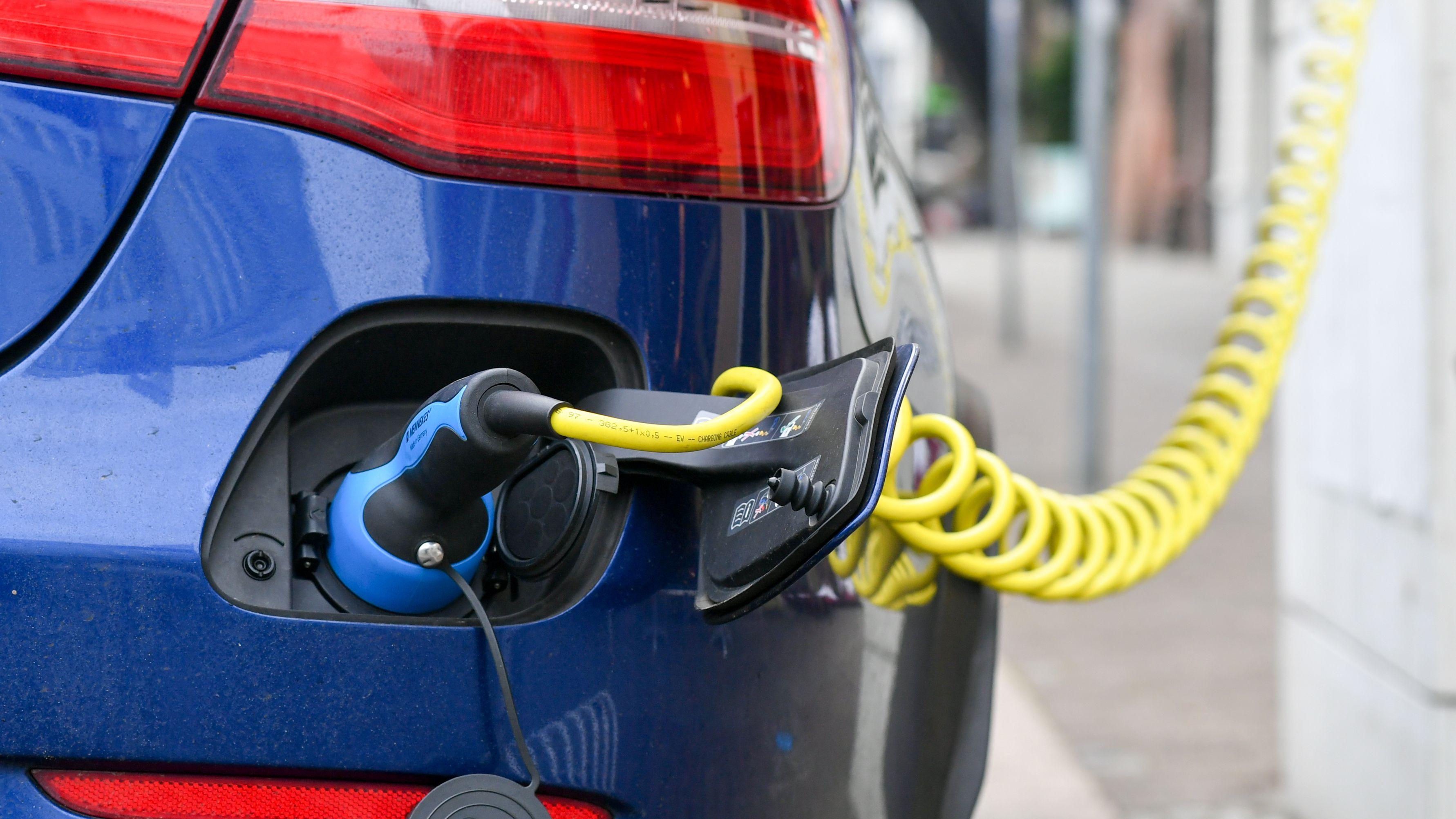 An einer Ladestation wird ein Elektro-Auto geladen.