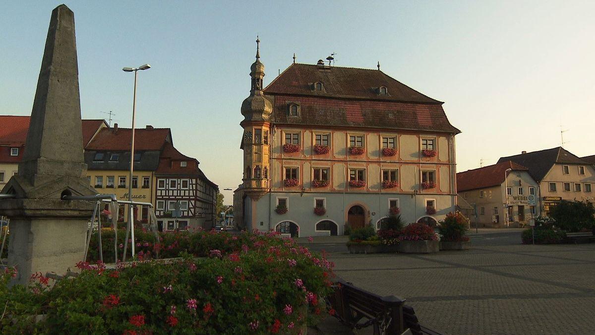 Blick auf den Stadtplatz von Bad Königshofen im Grabfeld.