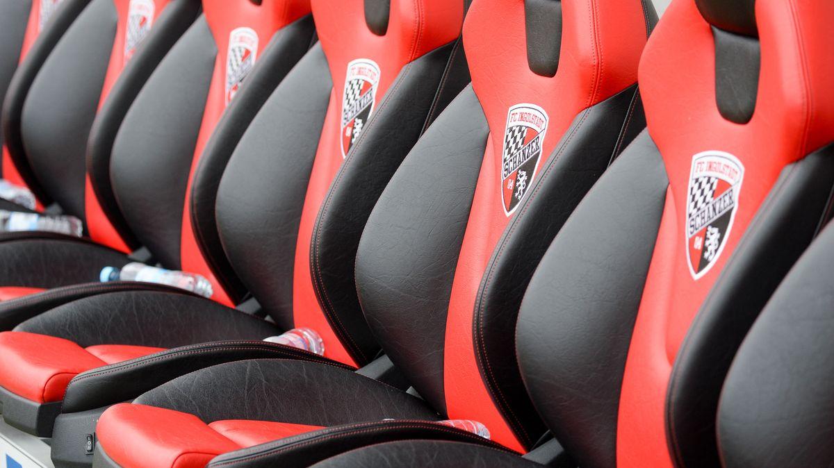 Leere Stadionsitze mit Ingolstadt-Wappen