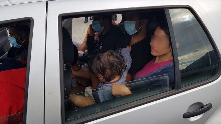 Zu elft im Auto: Polizei erwischt mutmaßlichen Schleuser