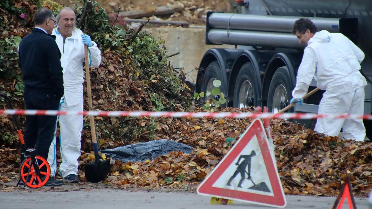 Beamte der Kriminalpolizei sichern Spuren. Unter dem Laub wurde Ende Oktober die männliche Leiche gefunden.