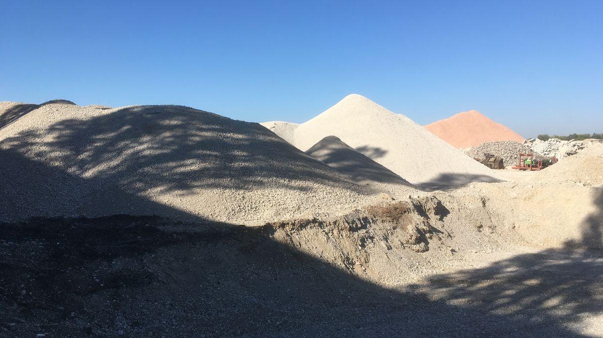 ...wo sie liegen bleiben, bis sie für Neubauten zu Zement und Wasser zu Beton gemischt werden.
