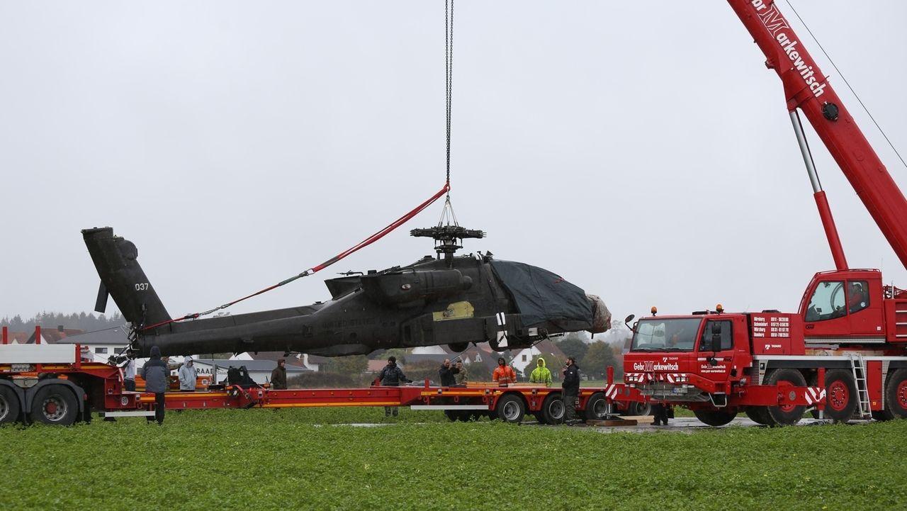 Ein US-Hubschrauber wird mit einem Kran abtransportiert.
