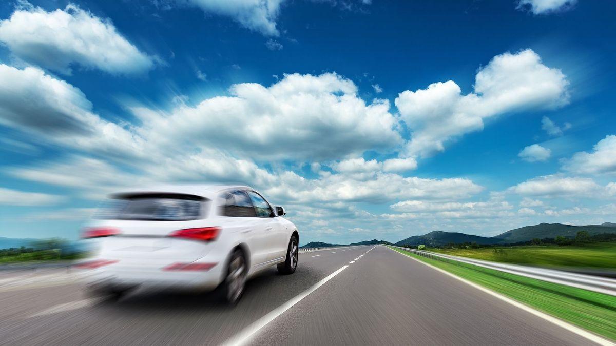 Ein Auto in Bewegungsunschärfe auf einer Straße (Symbolbild)