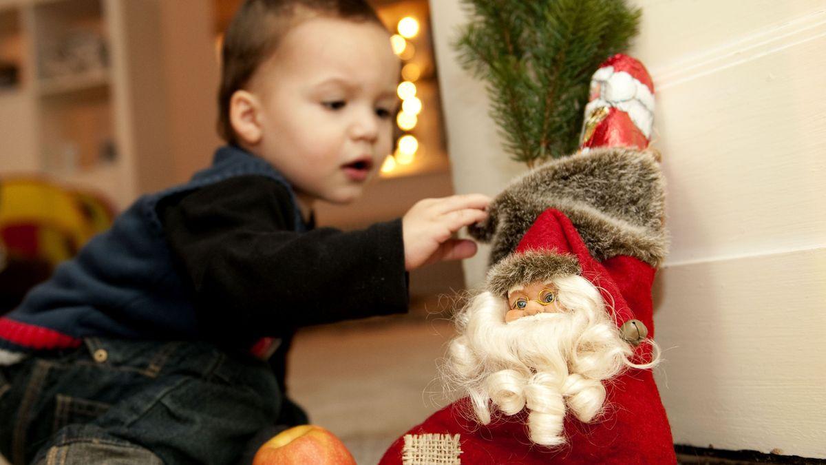 Kind schaut neugierig in einen Nikolausstiefel