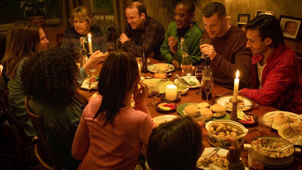 """Standbild aus """"Years and Years"""": Die Großfamilie Lyons sitzt um einen festlich gedeckten Esstisch"""