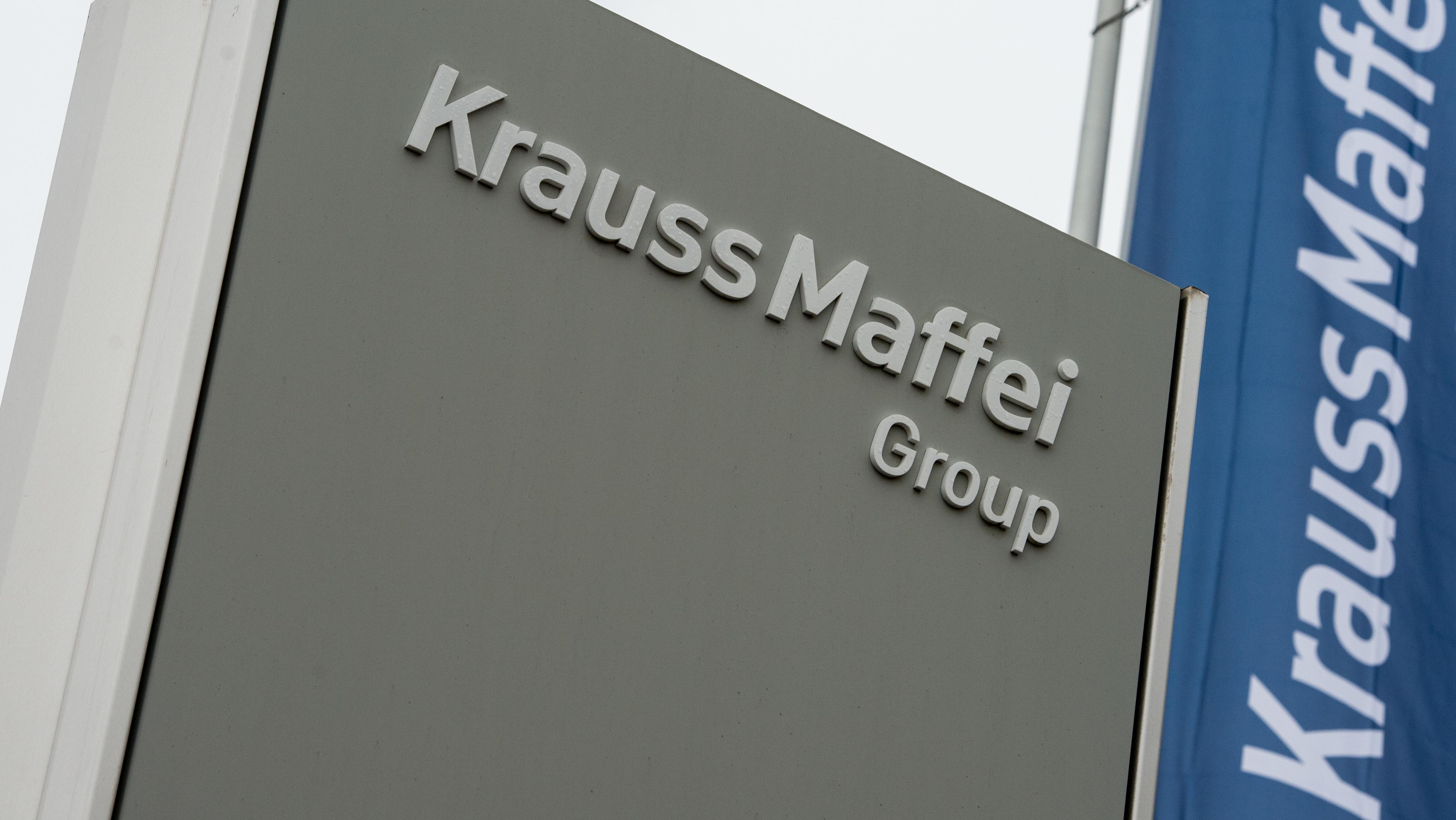 """Logo der """"KraussMaffei Group"""" an einem Eingang zum Werksgelände in Allach"""