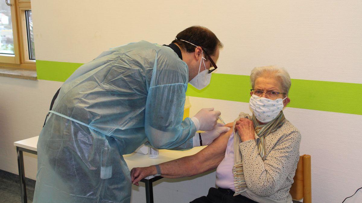 Eine Seniorin wird geimpft.