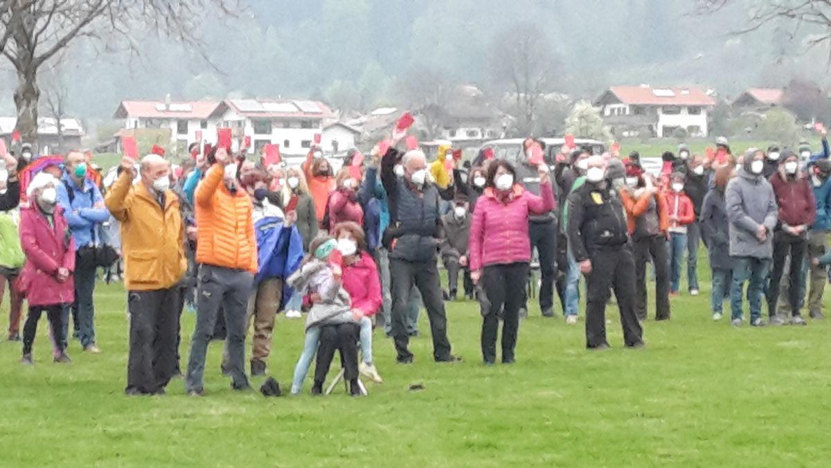 """Demonstranten zeigen die """"rote Karte"""""""