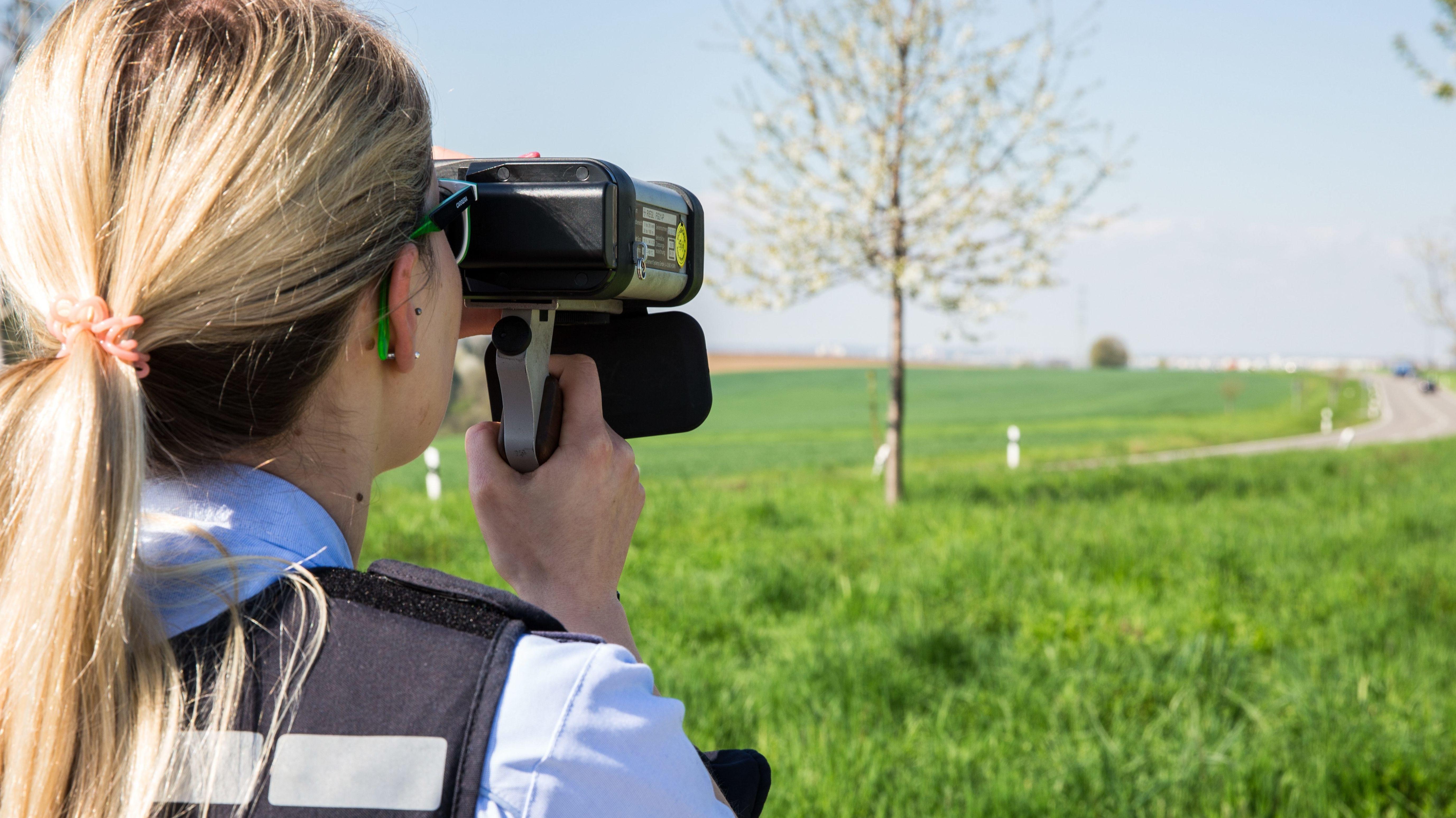 Eine Polizistin mit einer Laserpistole