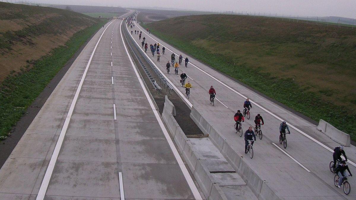 Vor 15 Jahren wurde das letzte Teilstück der Autobahn 71 auf bayerischer Seite fertiggestellt. Vor der Verkehrsfreigabe gab es ein Anradeln.