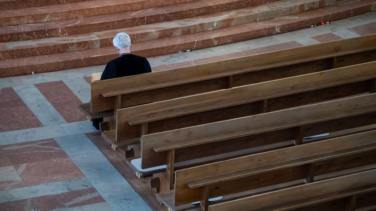Heinrich Bedford-Strohm, Landesbischof der Evangelisch-Lutherischen Kirche in Bayern, sitzt am Karfreitag in der Münchner St. Matthäuskirche auf einer Kirchenbank.