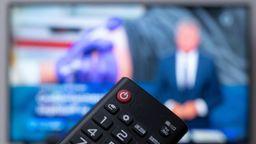 Fernbedienung vor einem Fernseher | Bild:dpa Bildfunk Marius Becker