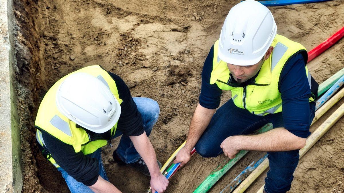 Bauarbeiter verlegen die neuen Kabel für das schnelle Internet
