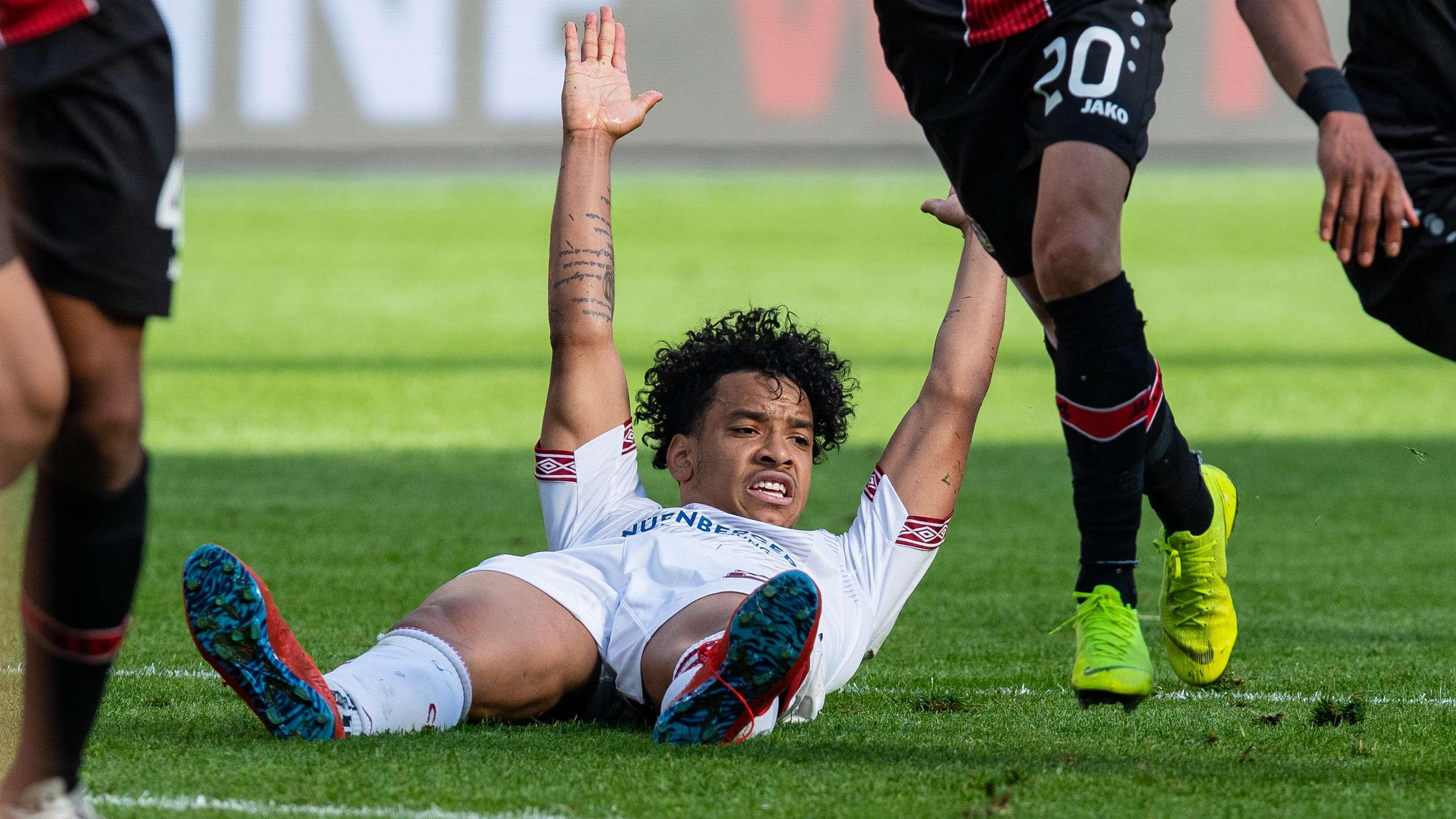 Der Nürnberger Matheus Pereira liegt in Leverkusen am Boden
