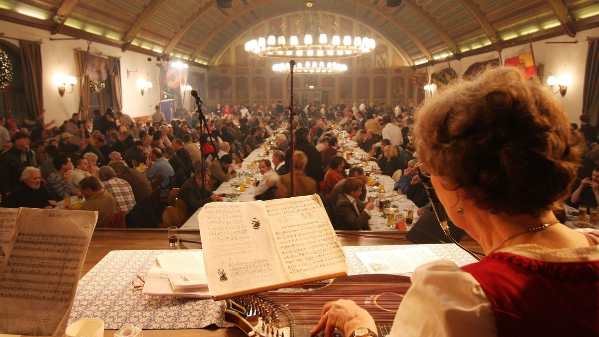 Weihnachtsfeier für wohnungslose Menschen im Hofbräuhaus. Blick auf die Tische mit vielen Menschen.