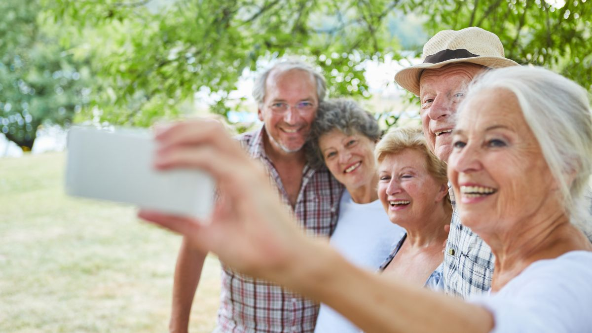 Senioren machen Selfie.